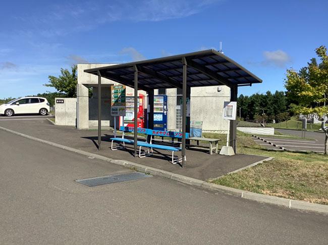 ベンチのあるバス停